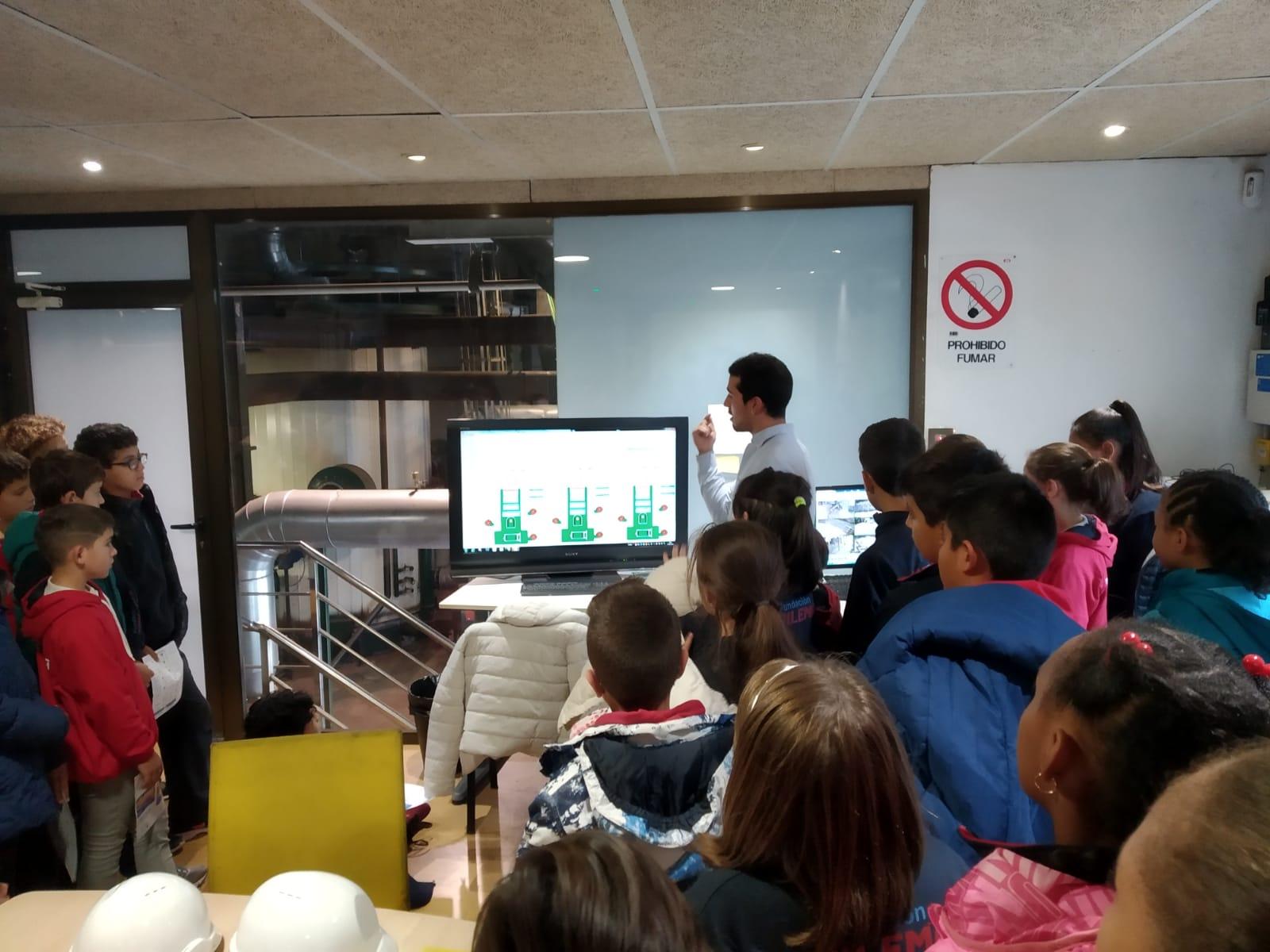 Alumnos de Trilema en la visita a la central de Soria en compañía de Adrian