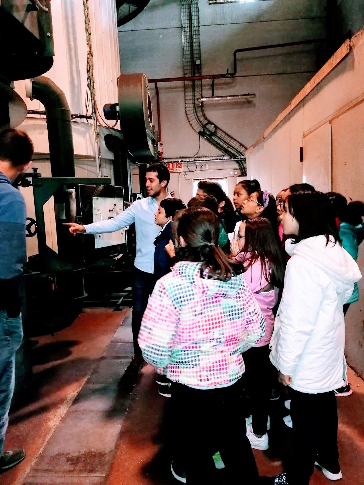 Alumnos de Trilema en la visita a la central con explicaciones de Adrian