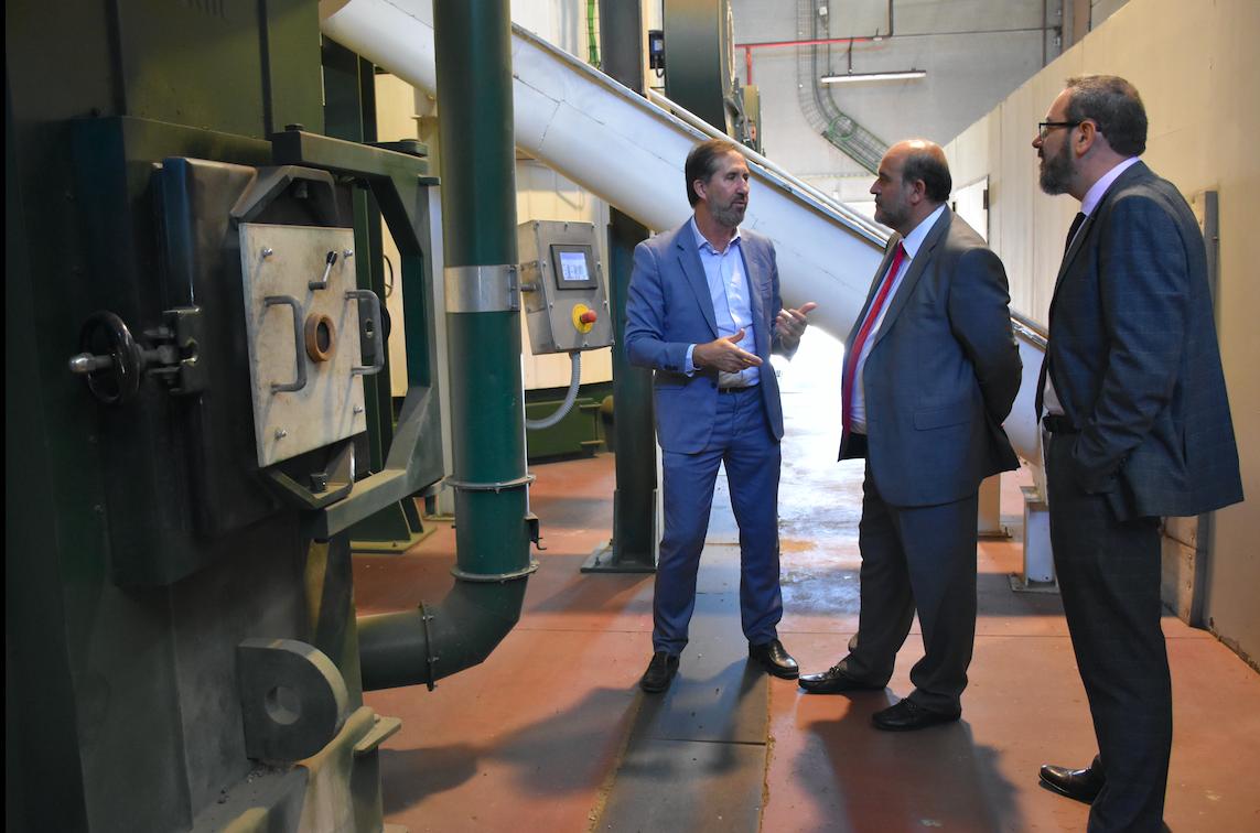 El vicepresidente de la Junta de Castilla-La Mancha José Luis Martínez Guijarro visita la Red de Calor de Soria