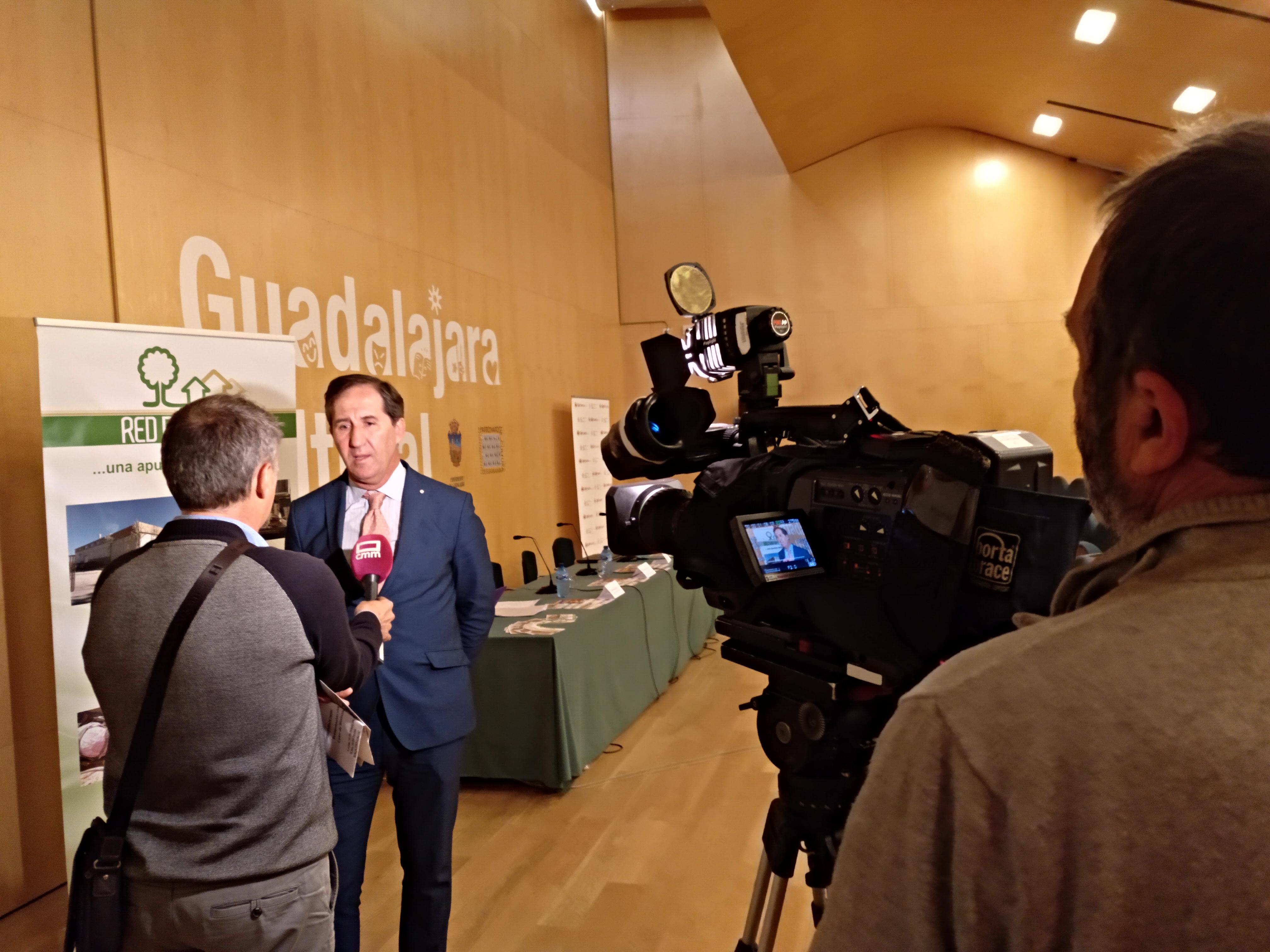 Alberto Gómez atendiendo a la prensa en Guadalajara