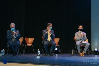Alberto Gómez aplaudiendo en los Premios Cope Guadalajara 2020