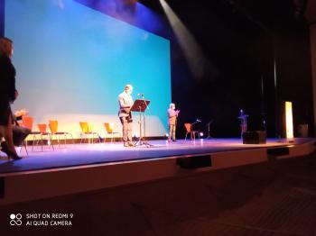 Alberto Gómez sobre el escenario