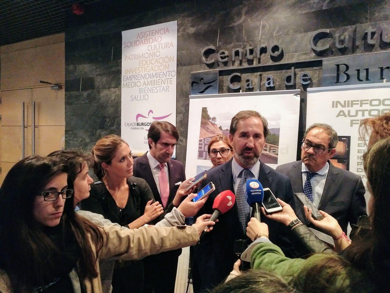 Atención a los medios durante la presentación de la Red de Calor de Aranda en la Fundación Caja de Burgos