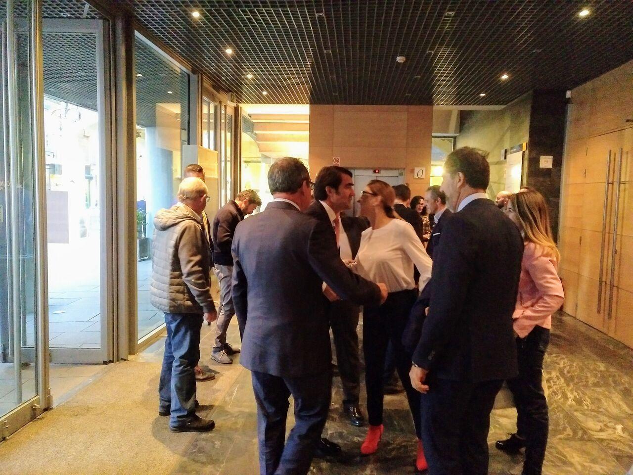 Saludos antes de la presentación de la Red de Calor de Aranda en la Fundación Caja de Burgos