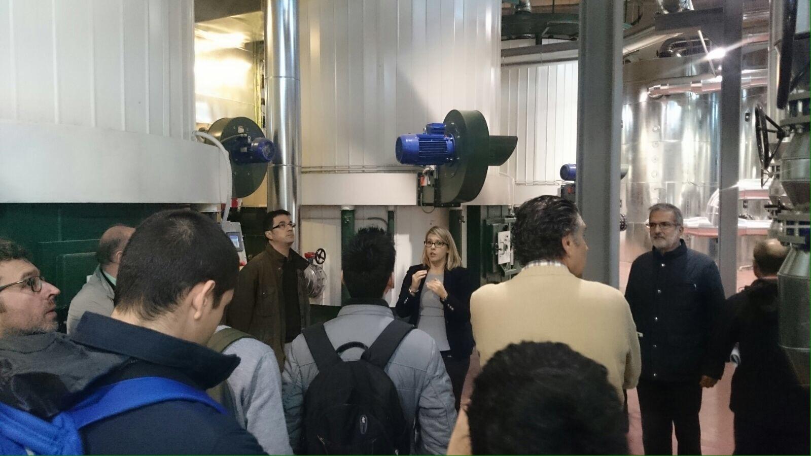 Virginia Borondo durante la visita a la central con los alumnos